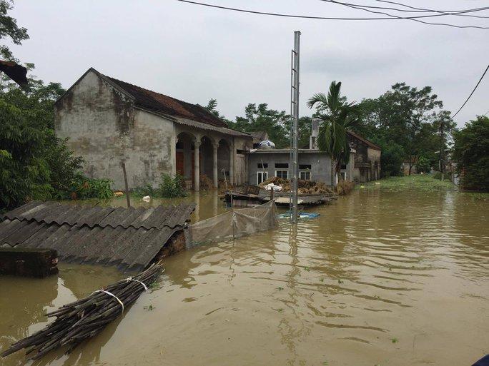 Cận cảnh nước ngập nhà dân ở nơi vỡ đê có kế hoạch - Ảnh 4.