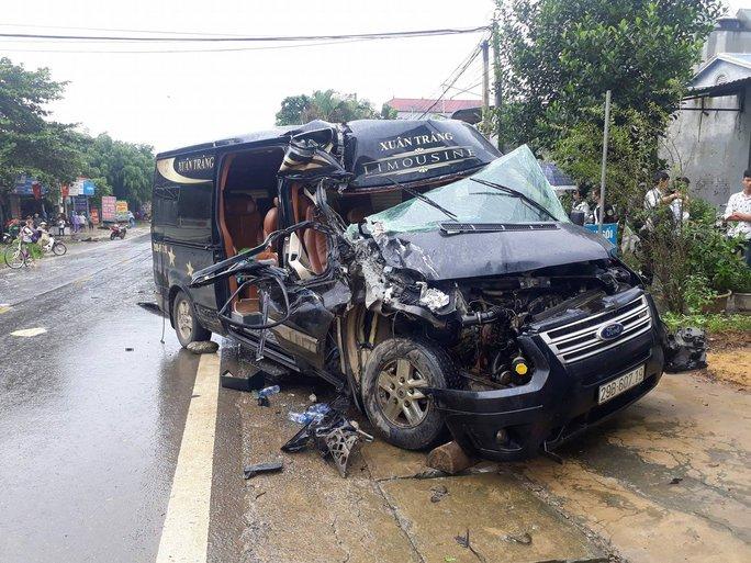 Xe Limoussine 16 chỗ tông xe tải, nữ hành khách kẹt trong đầu xe - Ảnh 3.
