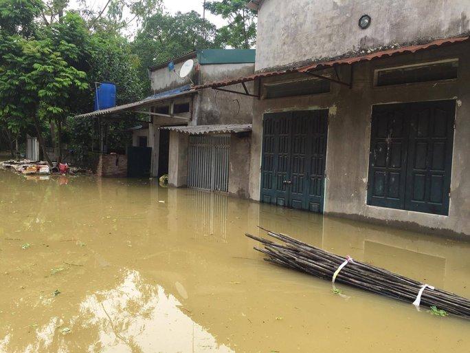 Cận cảnh nước ngập nhà dân ở nơi vỡ đê có kế hoạch - Ảnh 6.