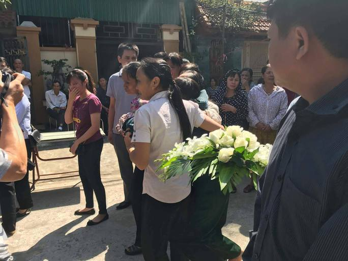 Những vòng hoa trắng tiễn đưa phóng viên Đinh Hữu Dư về đất mẹ - Ảnh 3.