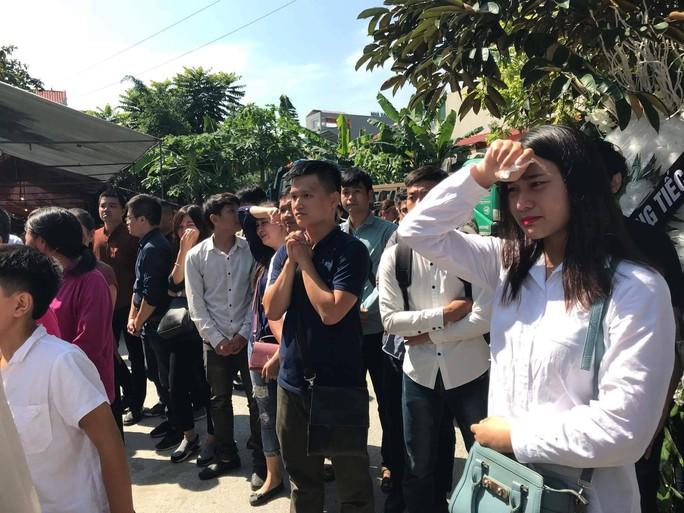 Những vòng hoa trắng tiễn đưa phóng viên Đinh Hữu Dư về đất mẹ - Ảnh 4.