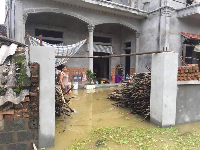 Cận cảnh nước ngập nhà dân ở nơi vỡ đê có kế hoạch - Ảnh 8.