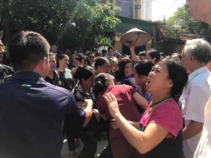 Những vòng hoa trắng tiễn đưa phóng viên Đinh Hữu Dư về đất mẹ - Ảnh 5.