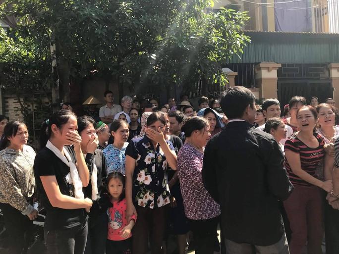 Những vòng hoa trắng tiễn đưa phóng viên Đinh Hữu Dư về đất mẹ - Ảnh 7.
