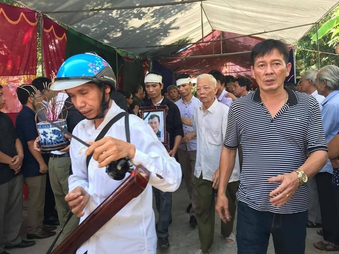 Những vòng hoa trắng tiễn đưa phóng viên Đinh Hữu Dư về đất mẹ - Ảnh 8.