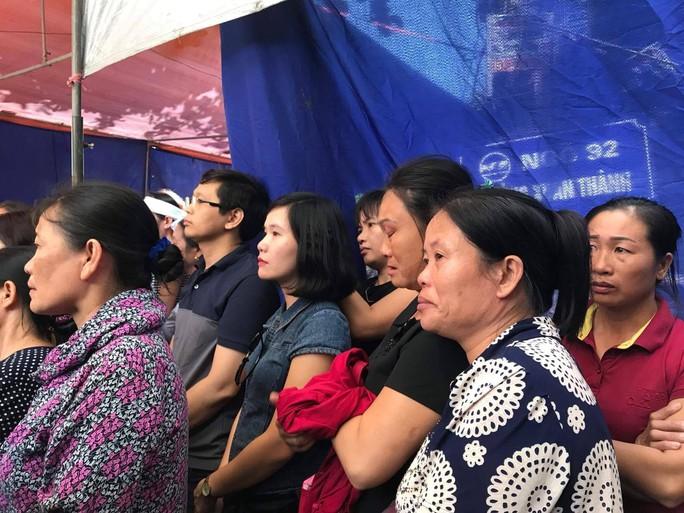 Những vòng hoa trắng tiễn đưa phóng viên Đinh Hữu Dư về đất mẹ - Ảnh 9.