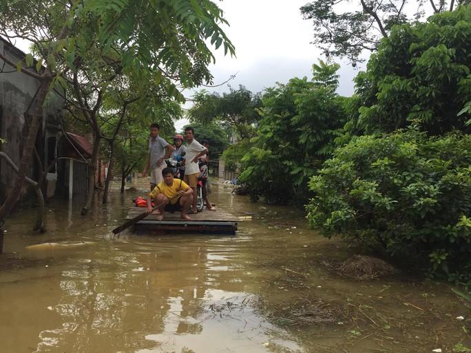 Cận cảnh nước ngập nhà dân ở nơi vỡ đê có kế hoạch - Ảnh 14.