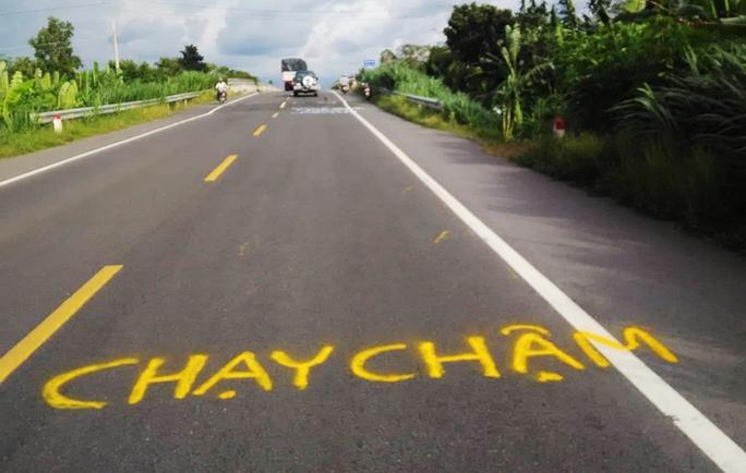 Dân vẽ cảnh báo nguy hiểm trên đường tránh BOT Cai Lậy - Ảnh 2.
