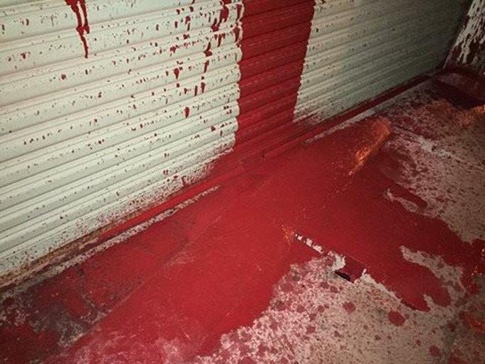 Liên tục bị ném bom xăng, tạt sơn vào nhà - Ảnh 1.
