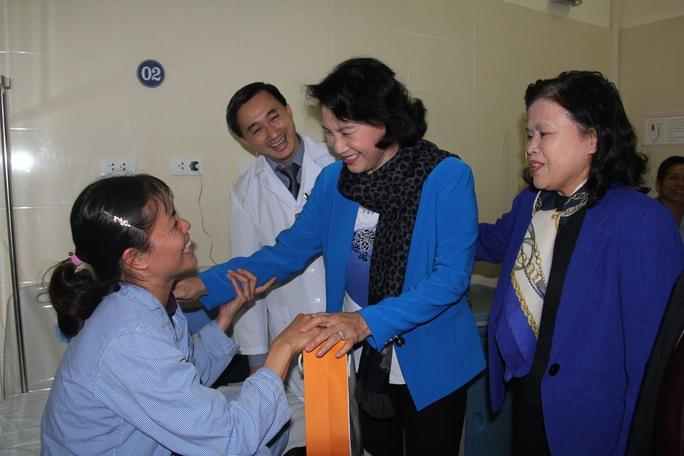 Trước đó, Chủ tịch Quốc hội Nguyễn Thị Kim Ngân cũng đến BV K Trung ương thăm và tặng quà cho các bệnh nhân có hoàn cảnh khó khăn. Chủ tịch Quốc hội mong muốn đây thực sự trở thành BV đầu ngành về điều trị ung bướu cho người dân, giúp người dân vượt qua khó khăn, chiến thắng bệnh tật