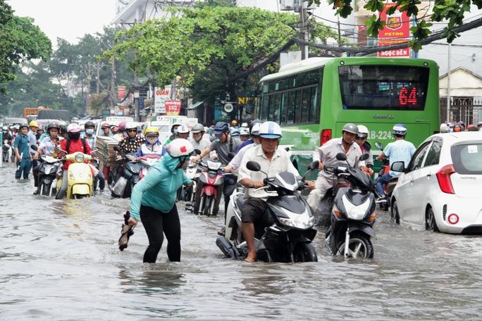 Vạn người khốn khổ trong kẹt xe, ngập nước ở TP HCM - Ảnh 5.
