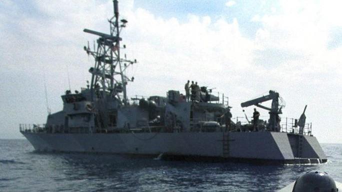 Bị áp sát, tàu Mỹ bắn cảnh cáo tàu Iran - Ảnh 1.