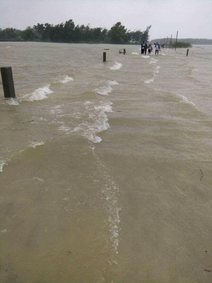 Quảng Nam: Lốc xoáy cực mạnh kéo sập nhà, nhiều người nguy kịch - Ảnh 4.