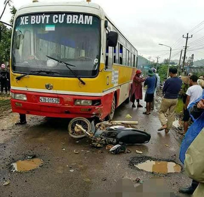 Chở con đi học, người đàn ông bị xe buýt tông tử vong - Ảnh 1.