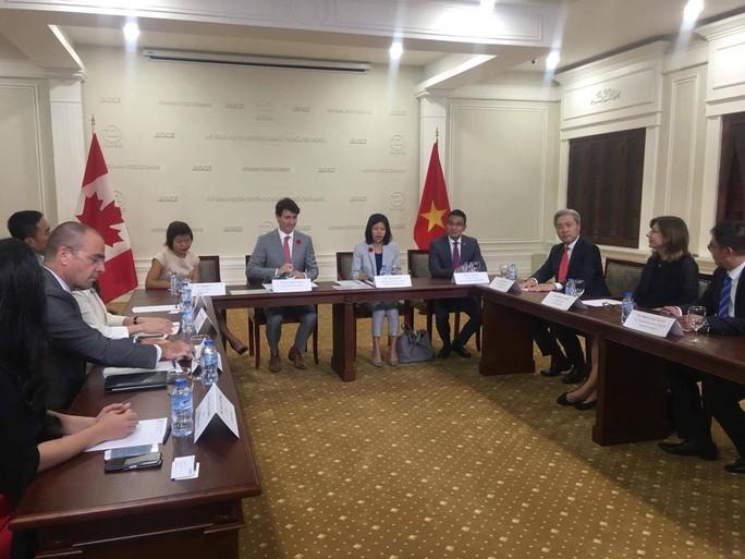 Thủ tướng Canada đánh cồng ở Sở Giao dịch chứng khoán TP HCM - Ảnh 11.