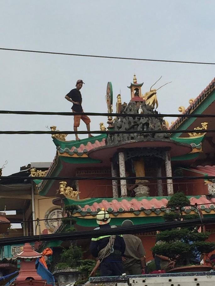 Đang giải cứu thanh niên ngáo đá trên nóc chùa - Ảnh 2.