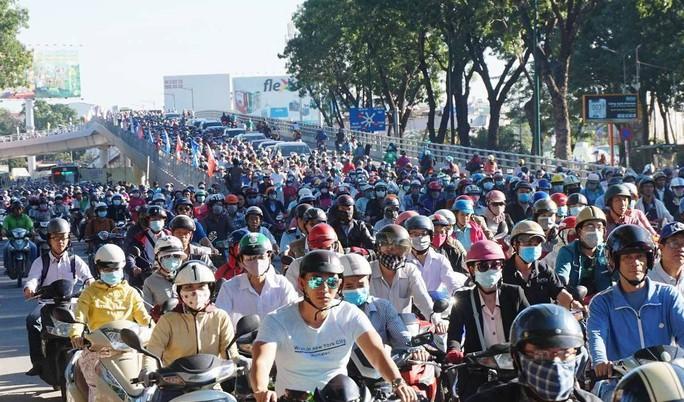 Nhánh cầu cửa ngõ Tân Sơn Nhất vừa thông, xe vẫn kẹt - Ảnh 5.