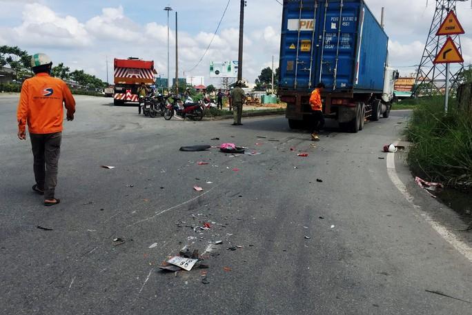 Thanh niên chừng 25 tuổi chết thảm dưới bánh xe đầu kéo - Ảnh 1.