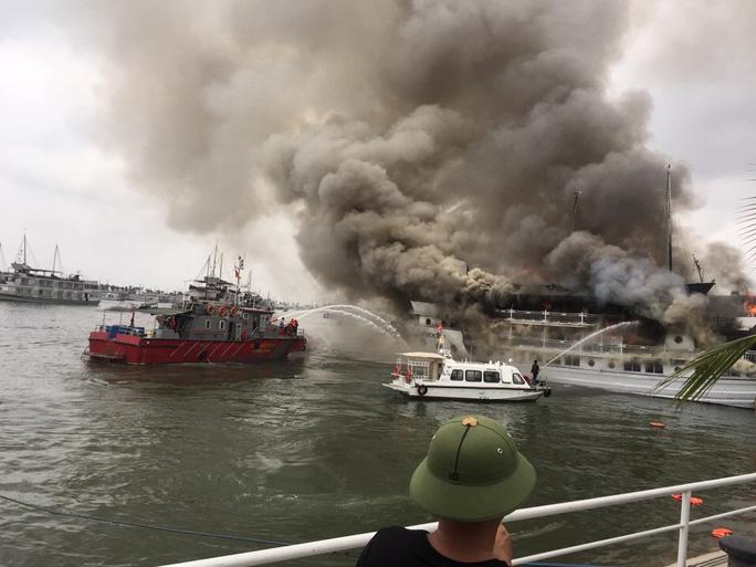 Một tàu du lịch vỏ gỗ bị cháy trên vịnh Hạ Long vào năm 2016
