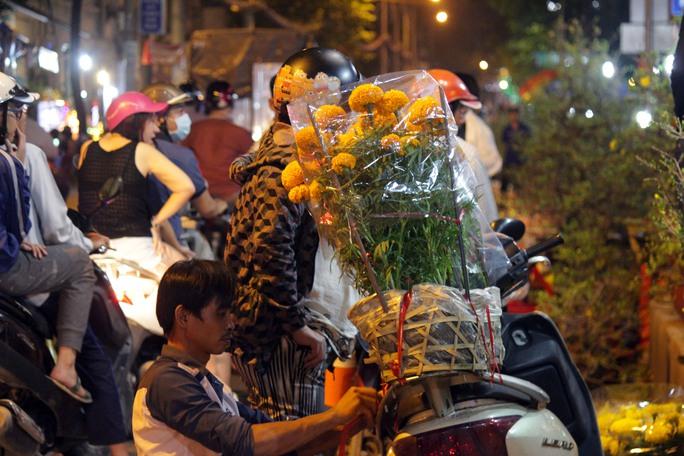Những loại hoa cúc, hoa lan, vạn thọ cũng là mặt hàng được nhiều người ưa chuộng.