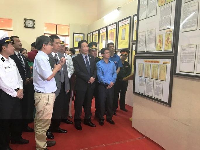 """Khách tham quan triển lãm bản đồ và trưng bày tư liệu với chủ đề """"Hoàng Sa, Trường Sa của Việt Nam-những bằng chứng lịch sử và pháp lý"""""""
