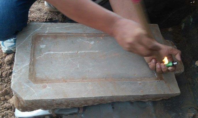 Tìm thấy bia của ngôi mộ cổ bị san ủi ở Huế - Ảnh 2.