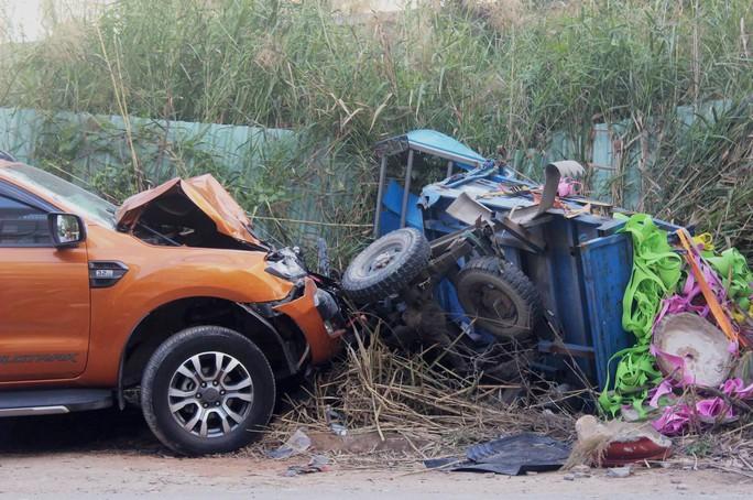 Ô tô bán tải lấn làn tông 2 người thương vong - Ảnh 1.