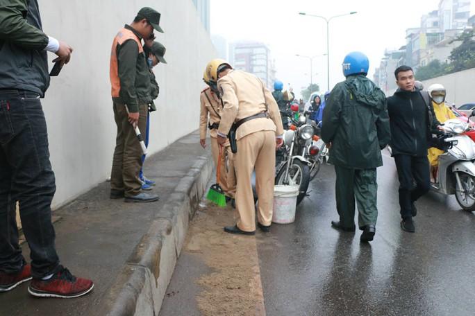 Xe máy ngã la liệt ở hầm chui Kim Liên vì mạch nước rỉ đường - Ảnh 8.