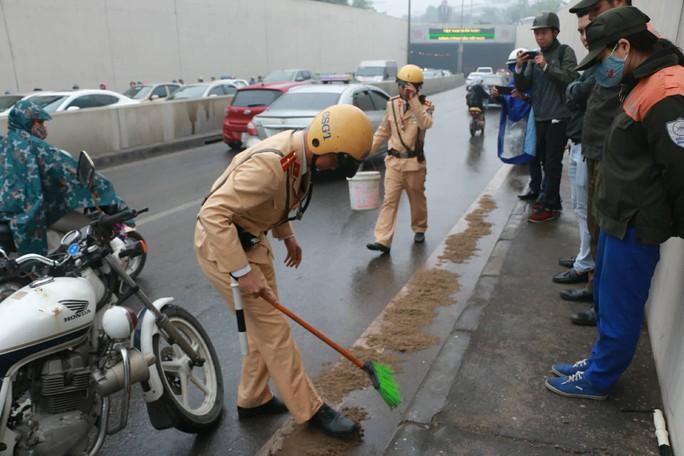 Xe máy ngã la liệt ở hầm chui Kim Liên vì mạch nước rỉ đường - Ảnh 11.