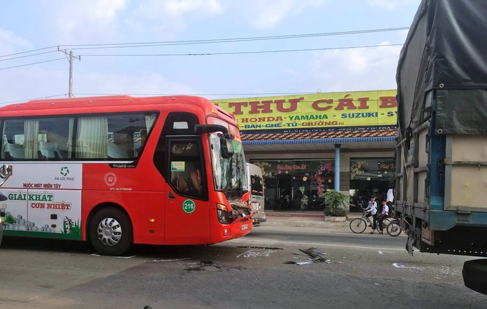 Xe khách Phương Trang gây tai nạn liên hoàn trên Quốc lộ 1 - Ảnh 1.