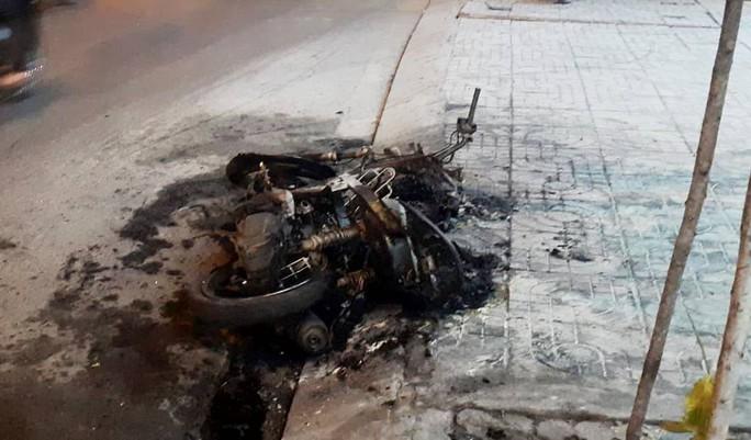 Đôi nam nữ dừng xe cãi vã, xe cháy, người về đồn - Ảnh 1.