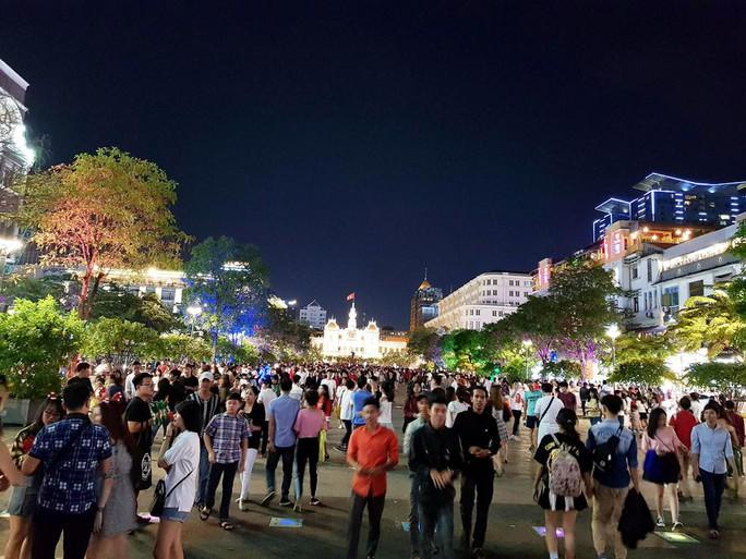 Sài Gòn rực rỡ trong biển người đêm Giáng sinh - Ảnh 5.