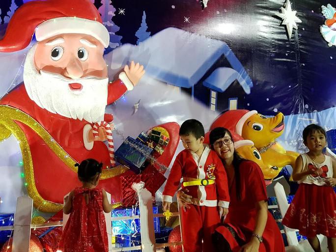 Sài Gòn rực rỡ trong biển người đêm Giáng sinh - Ảnh 4.
