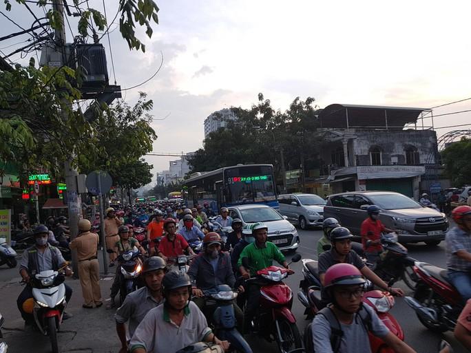 Người dân ùn ùn rời Sài Gòn, về quê nghỉ Tết Dương lịch - Ảnh 12.