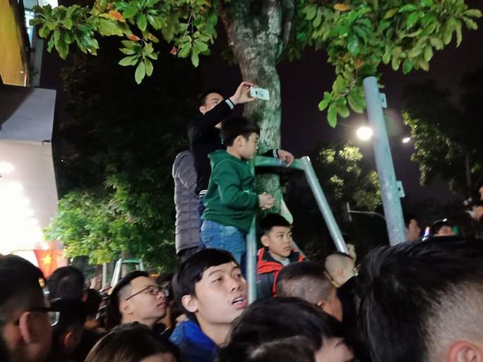 Hồ Gươm tràn ngập người chờ đón giao thừa 2018 - Ảnh 9.