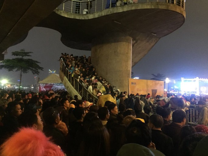 Pháo hoa giữa sông Hàn đón năm mới ở Đà Nẵng - Ảnh 1.