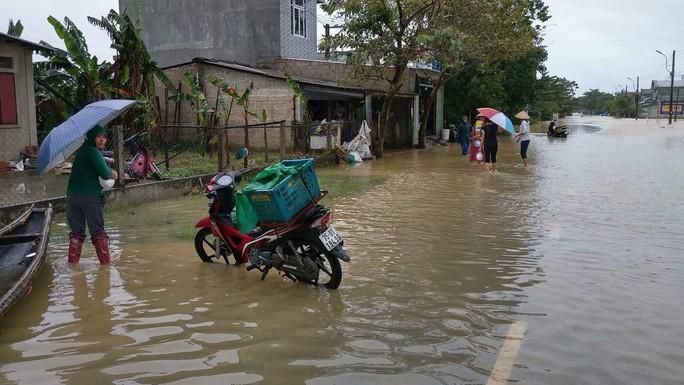 Miền Trung: Mưa lớn, các thủy điện xả lũ, nhiều vùng bị chia cắt - Ảnh 4.