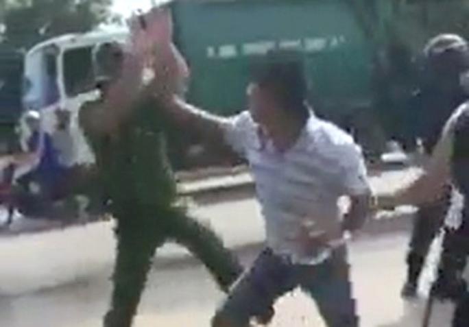 Điều tra vụ 2 cảnh sát bị nhóm thanh niên tấn công tới tấp - Ảnh 1.