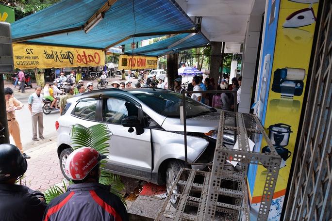 Hiện trường vụ tai nạn ô tô mất lái đâm vào nhà dân. Ảnh: Tử Trực