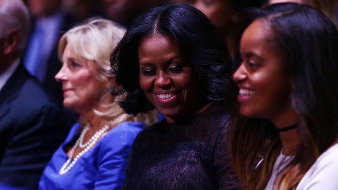 Bà Michelle và con gái Malia dưới khán đài. Ảnh: CHICAGO TRIBUNE