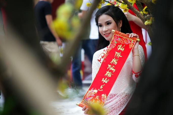 Đa số các bạn trẻ lựa chọn trang phục truyền thống như áo dài, khăn đóng, câu đối đỏ để tạo dáng chụp hình cho phù hợp với không khí ngày xuân.