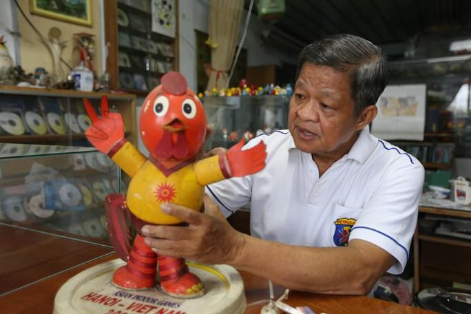 Ngoài công việc dạy tiếng Anh ở nhà, ông Tâm vẫn miệt mài sáng tạo ra những linh vật SEA Games, Euro, World Cup