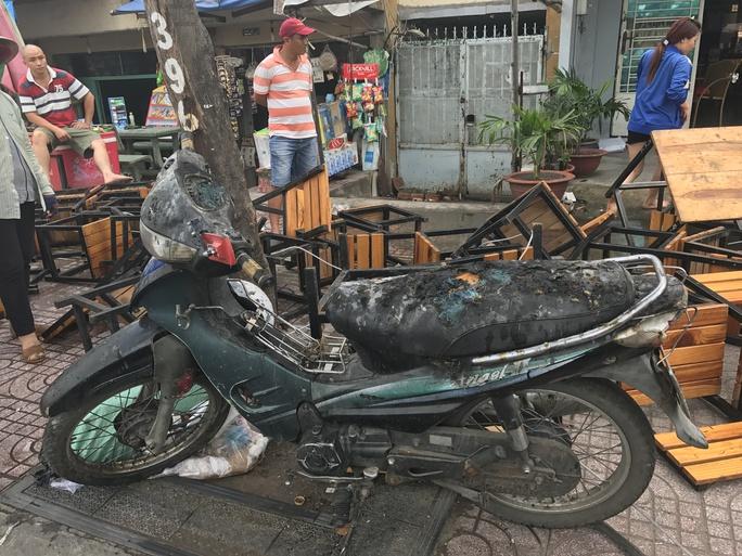 Một chiếc xe máy bị cháy sém