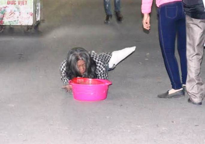 Ăn xin vẫn lê lết dưới đường ở khu vực đền Trần trong đêm khai ấn