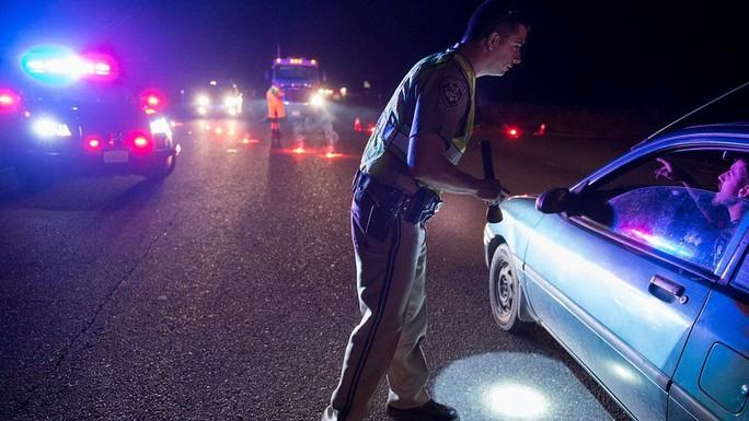 Nhân viên CHP hướng dẫn giao thông trong khi người dân thị trấn Marysville sơ tán. Ảnh: AP