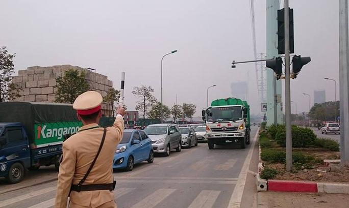 Lực lượng CSGT tạm dừng 1 phương tiện lấn làn xe buýt nhanh