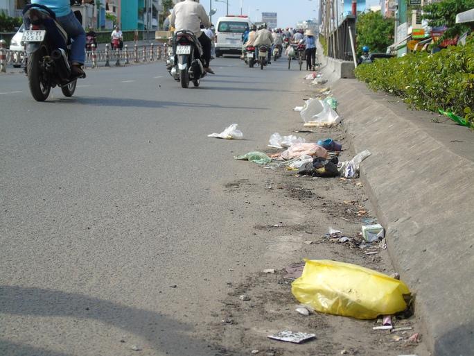 """Chân cầu Nguyễn Văn Cừ cũng đã kịp trở thành """"điểm tập kết rác""""."""