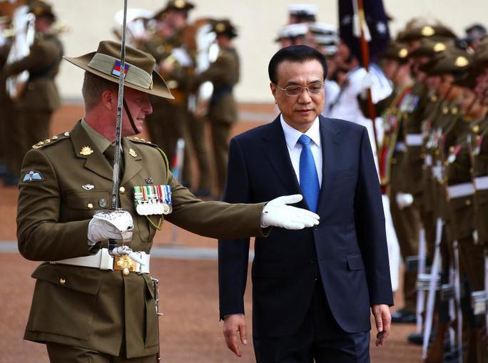 Thủ tướng Trung Quốc Lý Khắc Cường duyệt đội danh dự ở Canberra hôm 23-3. Ảnh: REUTERS