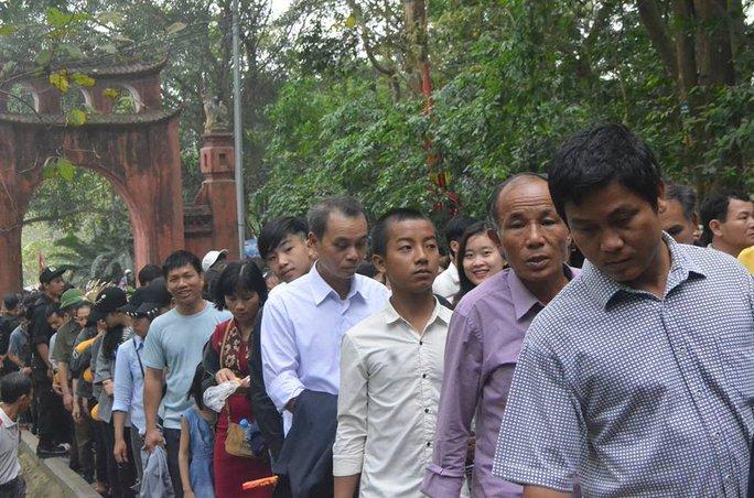 Do lượng du khách đông nên đường lên Khu vực núi Nghĩa Lĩnh gặp nhiều khó khăn, người dân phải nhích từng cm