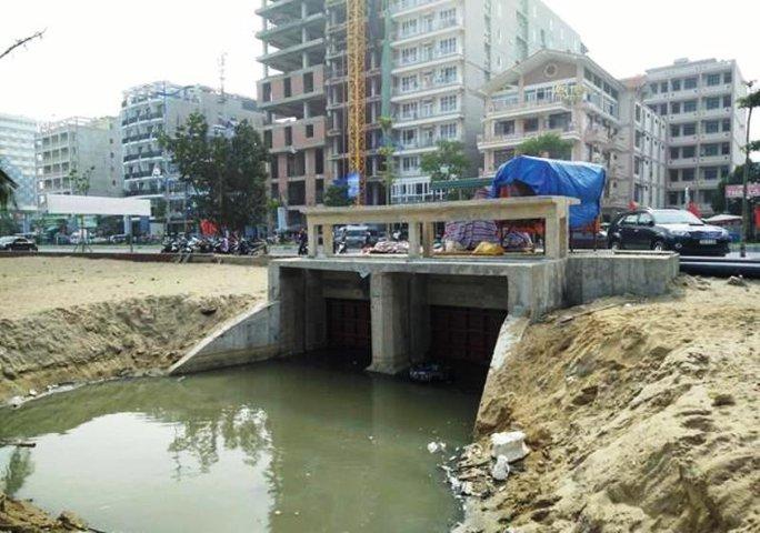 Cống nước thải ở phường Trung Sơn, TP Sầm Sơn vẫn chảy tràn ra bãi tắm C bốc mùi hôi thối nồng nặc